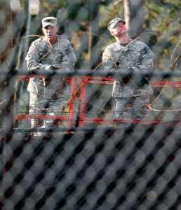 Militares cuestodiando la Escuela de las Américas en Georgia, EE.UU.
