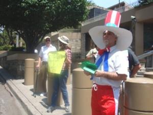 La delegación del observatorio por el cierre de la Escuela de las Américas realizó un plantón frente a la embajada de los EEUU