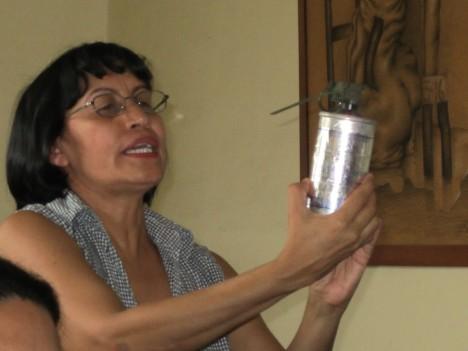 Dirigenta de COFADEH mostrando una lacrimogena Made in USA utilizada por la policía