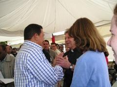 Foto: 2004, Lisa Sullivan y Roy Bourgeois con el Presidente Hugo ChavézA